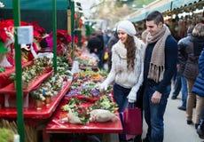 Fleur de achat de Noël de couples au marché Images stock