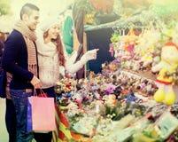 Fleur de achat de Noël de couples au marché Image stock