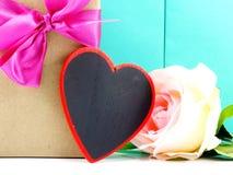 Fleur de coeur et de roses avec le boîte-cadeau Images stock