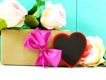 Fleur de coeur et de roses avec le boîte-cadeau Image libre de droits