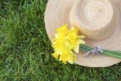 Fleur de jonquille de Pâques sur un chapeau de paille Photo stock