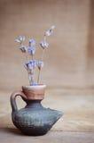 Fleur de lavande dans la bouteille sur la table en bois Photo libre de droits