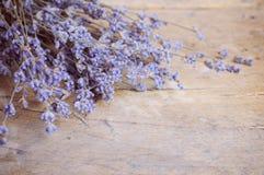 Fleur de lavande sur la table en bois Images libres de droits