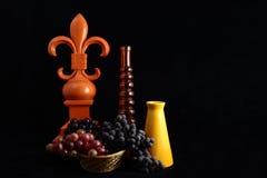 Fleur De Lis Still Life With druvor Fotografering för Bildbyråer