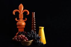 Fleur De Lis Still Life With-Trauben Stockbild