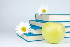 Fleur de livres, de pomme et blanche Photo stock