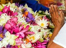 Fleur de lotus de prière de mains image libre de droits
