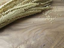 Fleur de noix de coco sur le vieux backgound en bois de table Photographie stock libre de droits
