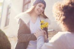 Fleur de octroi de jeune type à son amie dans le Saint Valentin Images libres de droits