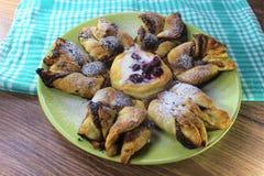 Fleur de pâte feuilletée de pépite de chocolat avec de la sauce à vanille et la griotte couvertes de CCB en bois de sucre, vert e photo stock