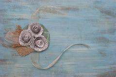Fleur de papier et corsage littéraire de ruban Images stock