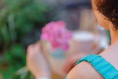 Fleur de pivoine de la prise une de femme en café de rue photo stock