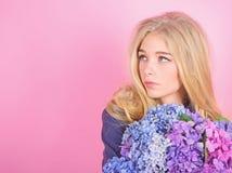 Fleur de printemps Beaut? simple Bouquet blond mignon de fleurs d'hortensia d'?treinte de fille Concept normal de beaut? Soins de images libres de droits