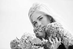 Fleur de printemps Bouquet blond tendre de fleurs d'hortensia de prise de fille Concept normal de beaut? Soins de la peau et beau photographie stock libre de droits