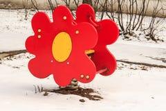 Fleur de ressort d'oscillation sur le terrain de jeu d'enfant extérieur Images stock