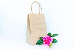 Fleur de rose de Rose avec le panier de papier d'isolement sur le b blanc Photo libre de droits