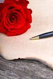 Fleur de Rose et lettre d'amour le jour en bois de valentines de fond Photographie stock