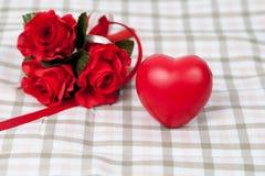 Fleur de rose de rouge et signe rouge de coeur Image stock