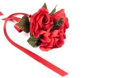 Fleur de rose de rouge et signe rouge de coeur Images libres de droits