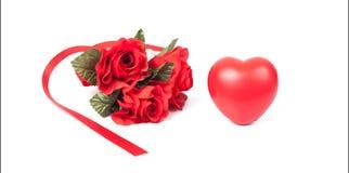 Fleur de rose de rouge et signe rouge de coeur Photo libre de droits