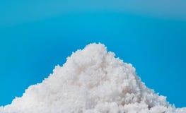 Fleur de sel, cristais de sal do mar branco isolados imagens de stock