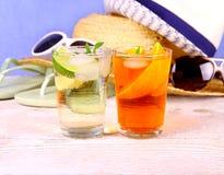 Fleur de sureau, cocktails oranges avec le fond de vacances Image stock