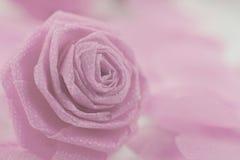 Fleur de tissu de rose de rose et petit cerf sur le fond blanc Photographie stock libre de droits
