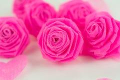 Fleur de tissu de rose de rose et petit cerf sur le fond blanc Photos stock