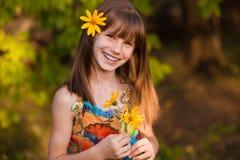 Fleur de topinambour, flowersPortrait jaune de beautiul de la fille adorable avec la fleur photo libre de droits