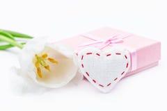 Fleur de tulipe et coeur et cadeau frais de tissu Images libres de droits