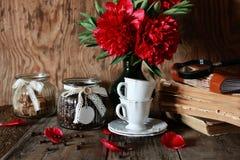 Fleur de vieux livre de tasse de café Photo libre de droits