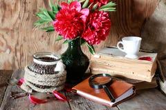 Fleur de vieux livre de tasse de café Image stock
