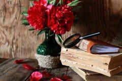 Fleur de vieux livre sur la table en bois Image stock