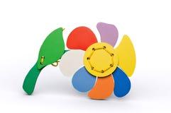 Fleur en bois d'isolement avec l'oiseau pour les enfants heureux Photographie stock libre de droits