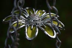 Fleur en métal jaune dans les chaînes Photo stock