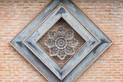 fleur en métal sur les briques oranges Photos stock