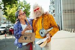 Fleur-enfant plus âgé étreignant son amie de hippie Photographie stock libre de droits