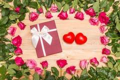 Fleur et boîte-cadeau frais de rose de rose sur la plate-forme en bois Pour l'amour ou Photo stock