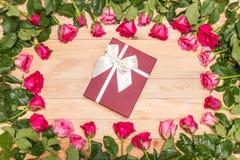 Fleur et boîte-cadeau frais de rose de rose sur la plate-forme en bois Pour l'amour ou Photos stock