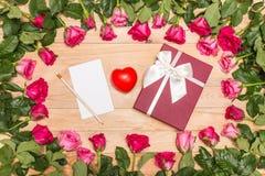 Fleur et boîte-cadeau frais de rose de rose sur la plate-forme en bois Pour l'amour ou Images libres de droits