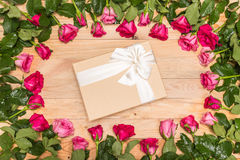 Fleur et boîte-cadeau frais de rose de rose sur la plate-forme en bois Pour l'amour ou Photo libre de droits