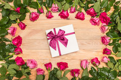 Fleur et boîte-cadeau frais de rose de rose sur la plate-forme en bois Pour l'amour ou Photographie stock libre de droits