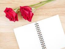 Fleur et carnet vide 1 de rose de deux rouges Images stock