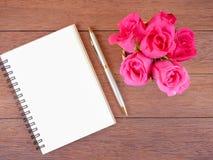 Fleur et carnet vide 1 de rose de rose de bouquet Photographie stock libre de droits