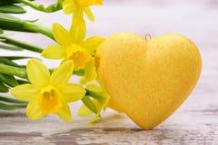 Fleur et coeur comme symbole pour l'amour Images stock