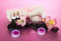 Fleur et ensemble pour une détente, serviette éponge Photo stock