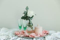 Fleur et eucalyptus blancs de pivoine dans une bouteille Photographie stock libre de droits