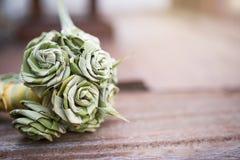 Fleur faite main faite à partir de la feuille pandan avec l'espace sur le fond en bois de plancher Image libre de droits