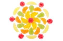 Fleur faite par des morceaux de confiture d'oranges d'isolement Photos libres de droits