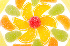 Fleur faite par des morceaux de confiture d'oranges d'isolement Images stock
